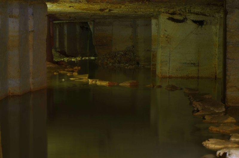 Глубина воды здесь чуть больше, чем по колено. Тропа, выложенная из камней, позволяет, не снимая обуви, перейти в соседний район.